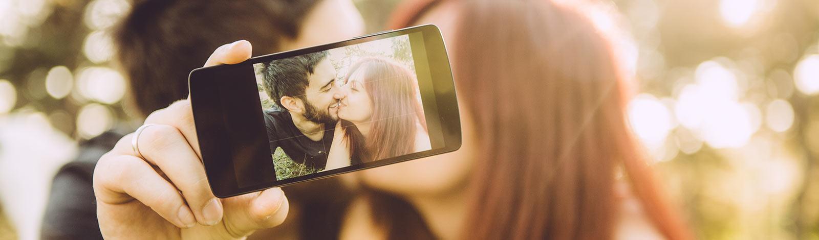 Verliebtes Paar macht Selfie